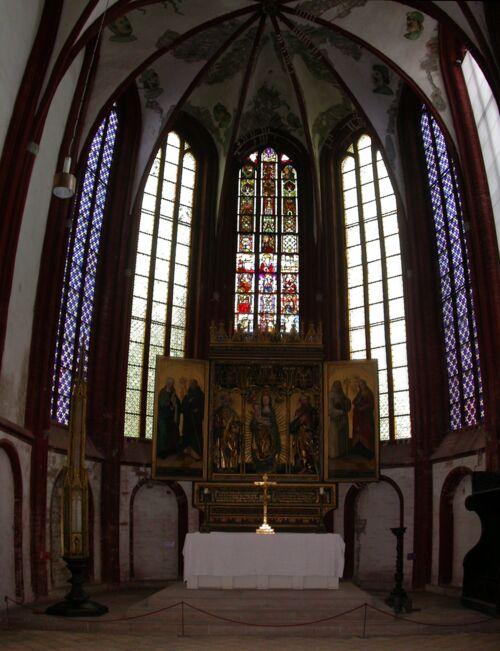 Altar, im Hintergrund Buntglasfenster
